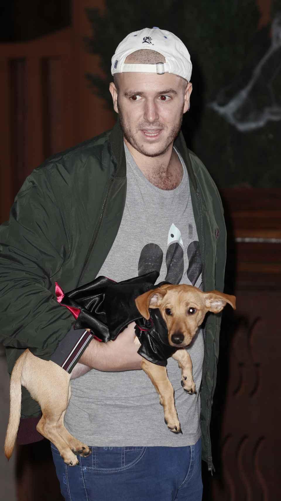 Álex Lequio junto a su mascota Boby Puchum y su gorra de la Universidad de Duke.