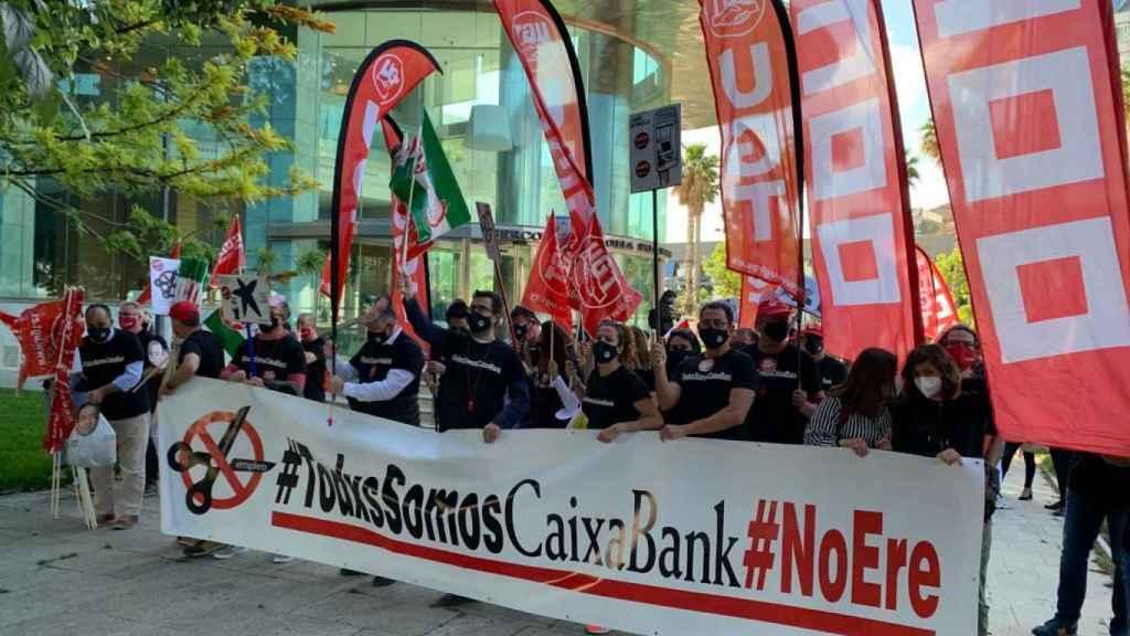 Los trabajadores de CaixaBank se manifiestan contra el ERE a la entrada de la junta de accionistas.