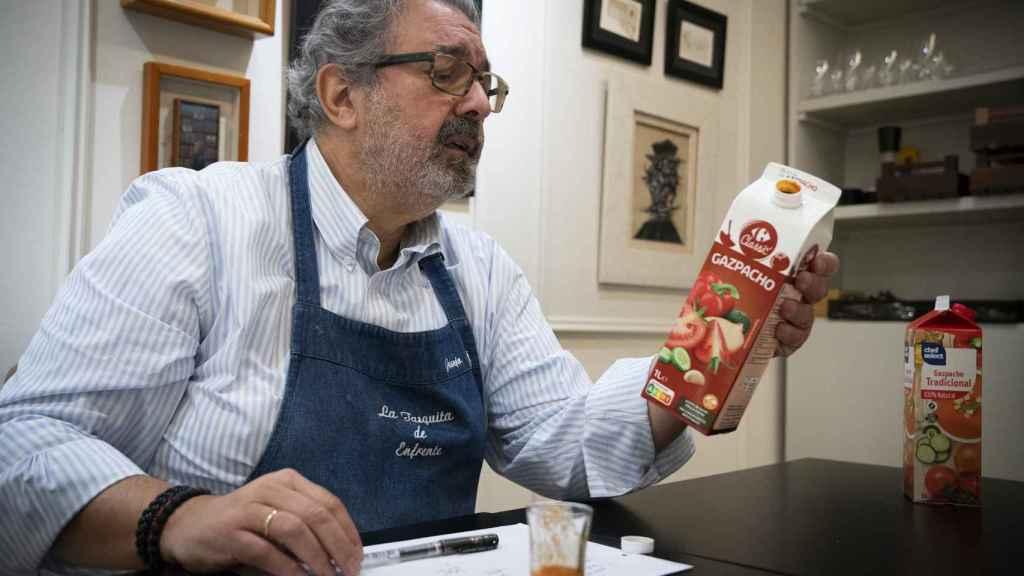 El gazpacho de Carrefour, en manos de López durante un momento de la cata.