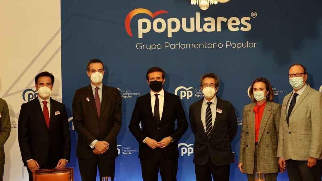 El presidente del PP, Pablo Casado, con representantes del Comité Nacional del Transporte por Carretera el pasado jueves.
