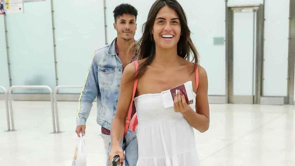 La pareja en Barajas a su vuelta de Ibiza en verano de 2019, cuando se oficializó la relación.