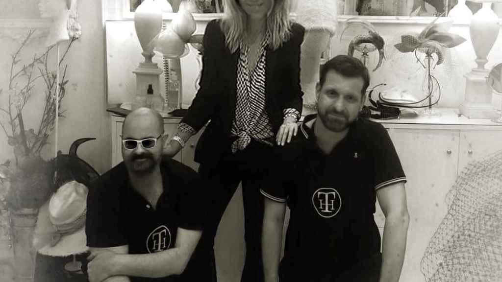 Los Tolentino junto a Patricia Rato en su atelier de Sevilla.
