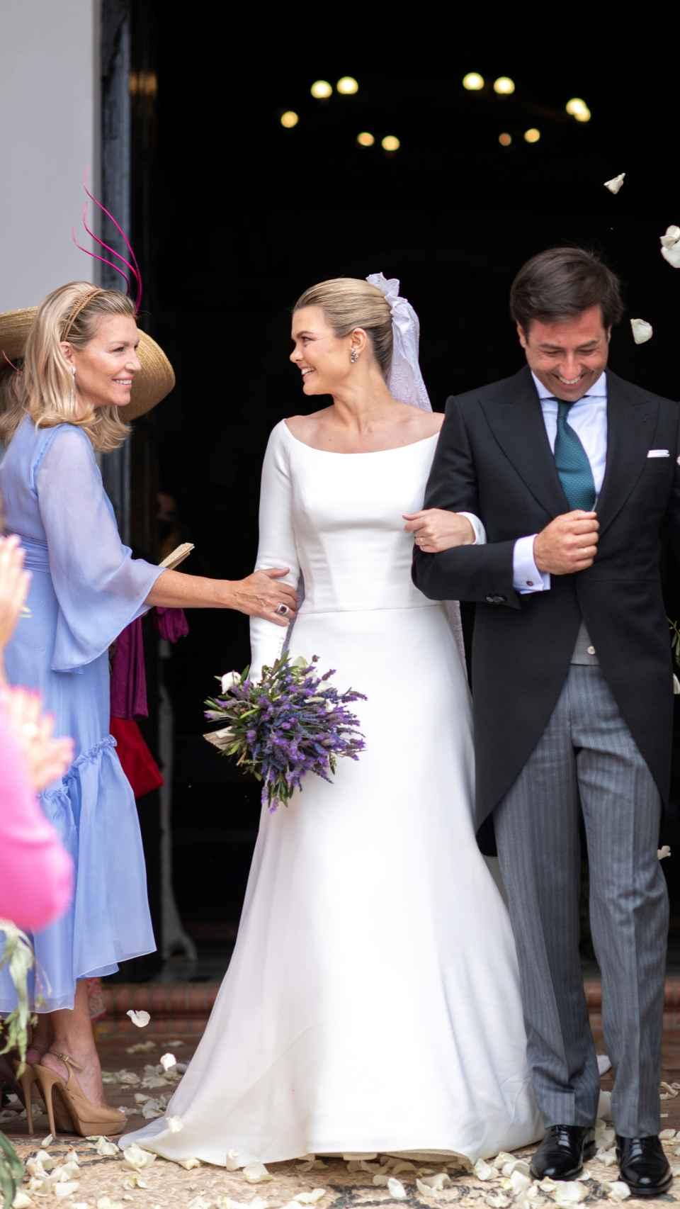 Patricia Rato, con tocado de Tolentino, felicita a su hija por su enlace con Ernesto de Novales.