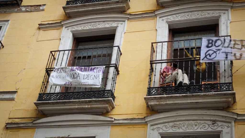 Una persona en un balcón del edificio de la Ingobernable.