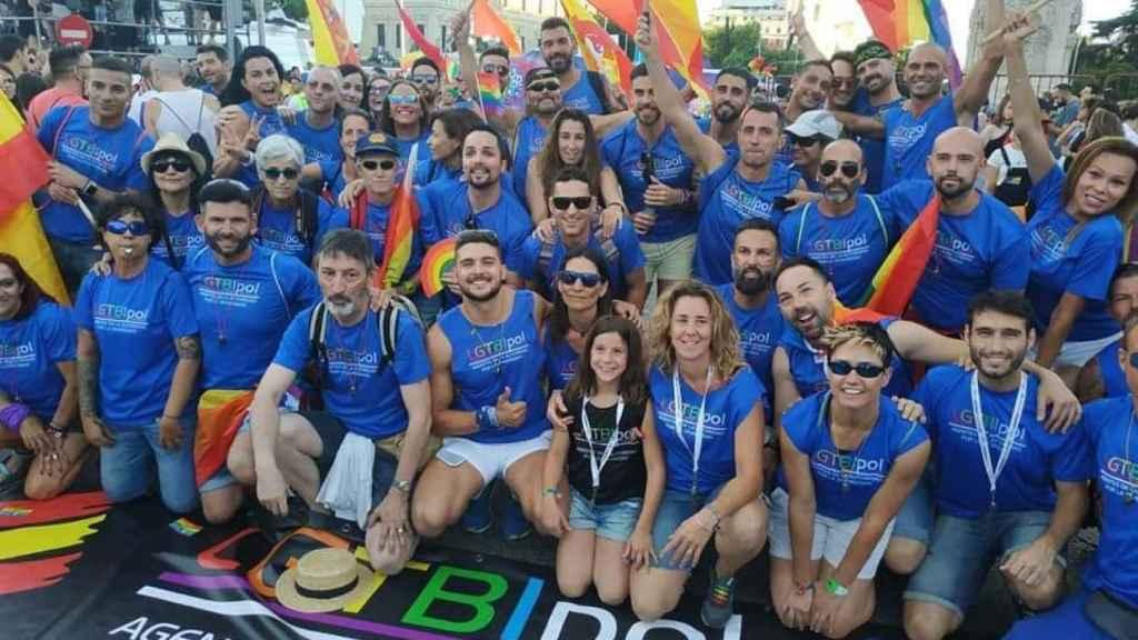 Miembros de LGTBIPol en un acto por la diversidad.