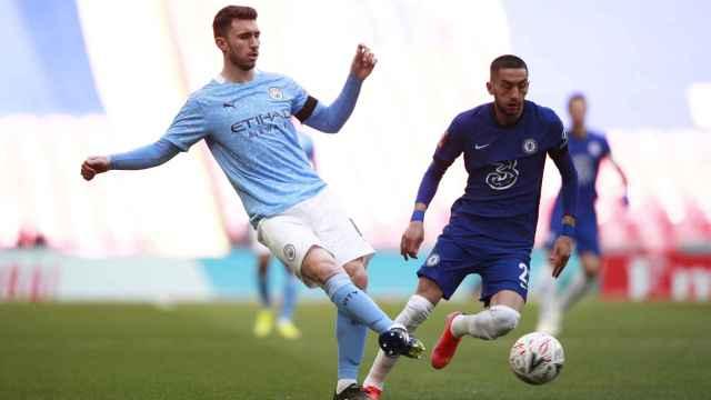 Laporte realizando un pase en el Manchester City - Chelsea