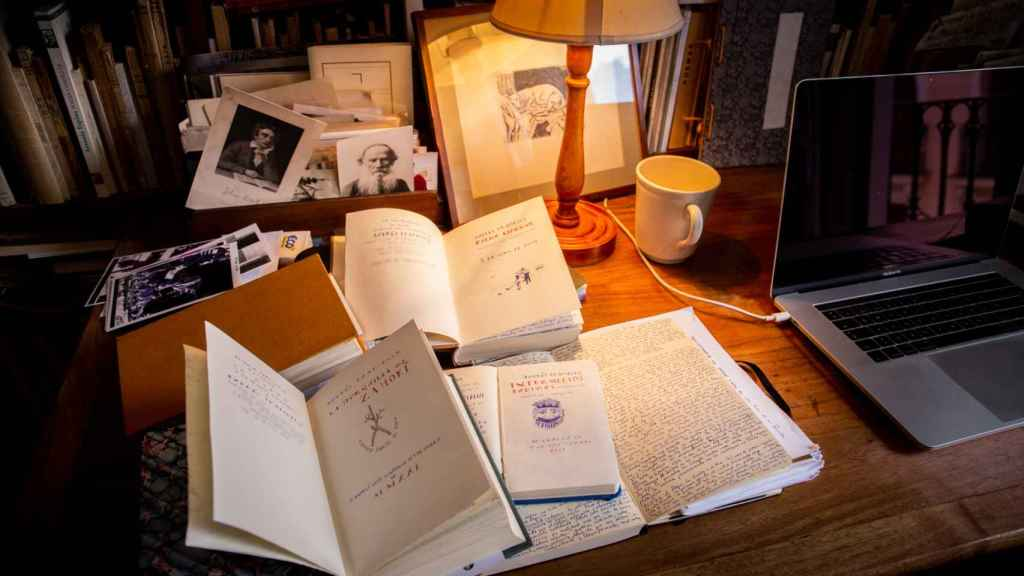 Mesa de trabajo de Trapiello con los cuadernos que nutren sus diarios.