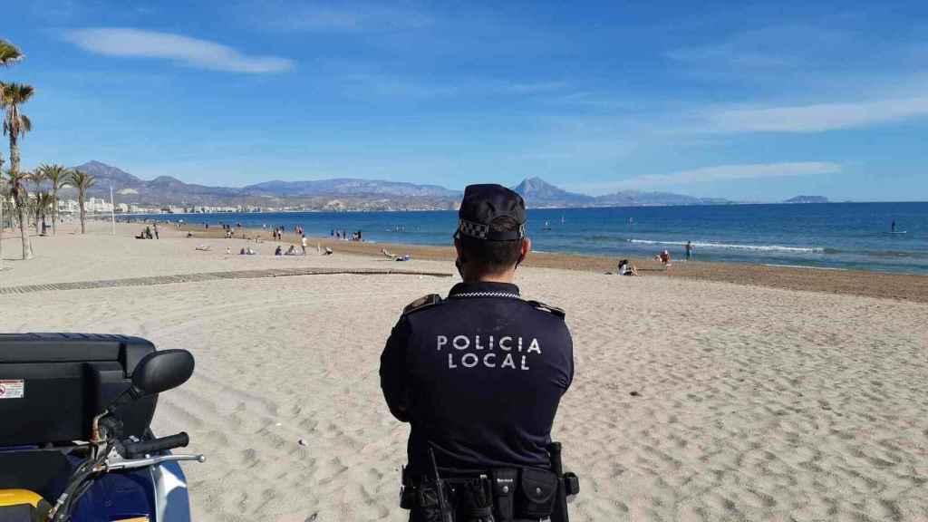 Policía local vigilando una playa de Alicante, en imagen de archivo.