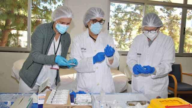 Tres médicas preparando dosis de la vacuna contra la Covid-19.