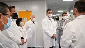 Pedro Sánchez en la planta de Rovi de Granada junto al consejero de Salud, Jesús Aguirre.