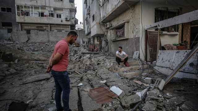 Un palestino observa cómo ha quedado su casa tras ser destruida por misiles israelíes. Efe