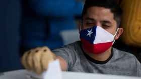 Un hombre votando en Chile en una imagen de archivo.