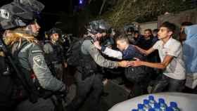 Los confrontos entre palestinos y la policía israelí en el barrio de Sheik Jarrah.