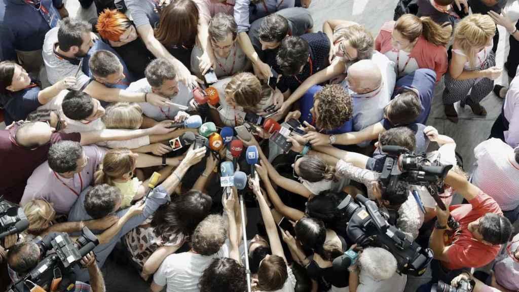 Susana Díaz rodeada de periodistas.