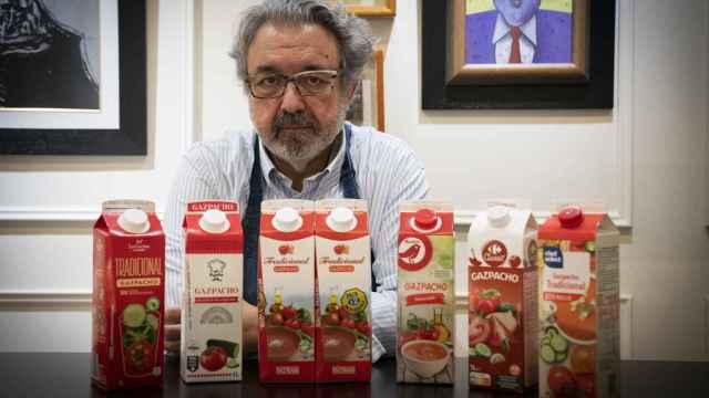 Juan José López, posando junto a los gazpachos catados.