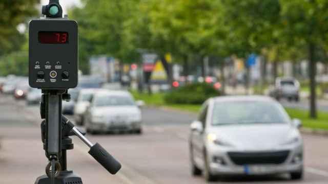Un radar de la DGT pilla a un coche circulando con exceso de velocidad.