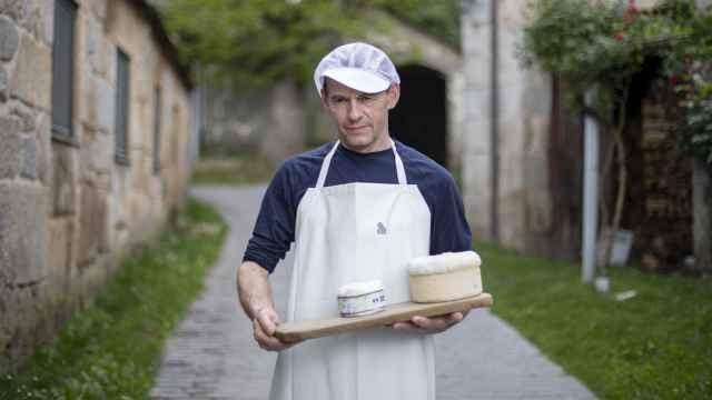 Carlos Reija, maestro quesero, es la única persona del mundo capaz de hacer un queso D.O.P. Cebreiro madurado.