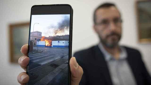 Juan Franco, alcalde de La Línea, enseña en una foto una foto de los altercados.