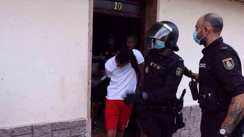 Detención de uno de los participantes en la reyerta.