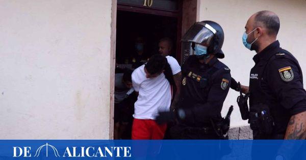 Dos heridos y cuatro detenidos en una riña con más de 300 personas en un barrio de Alicante