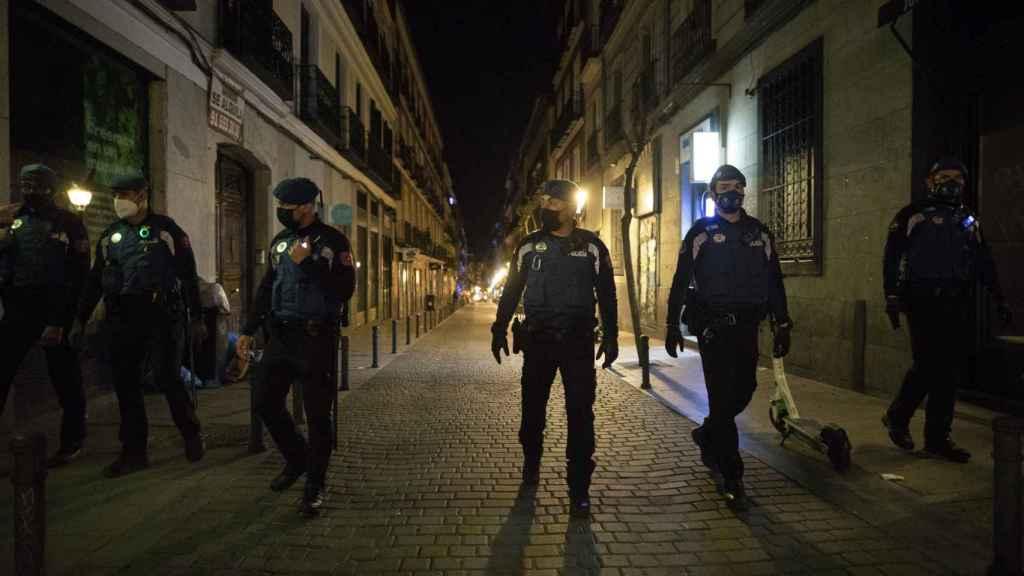 Varios policías desalojan la calle Velarde.