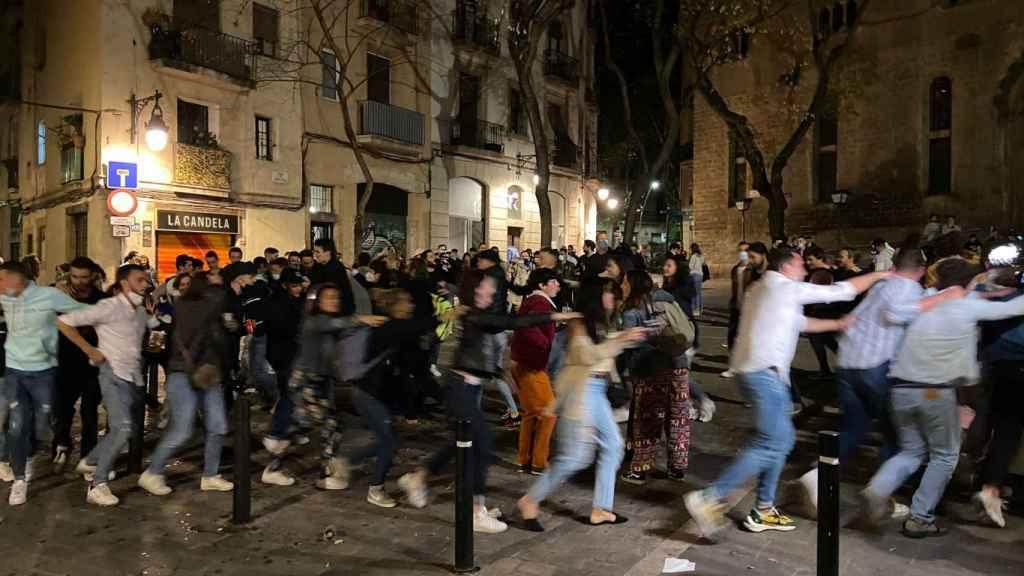 Un grupo de gente hace 'el trenecito' en Barcelona.