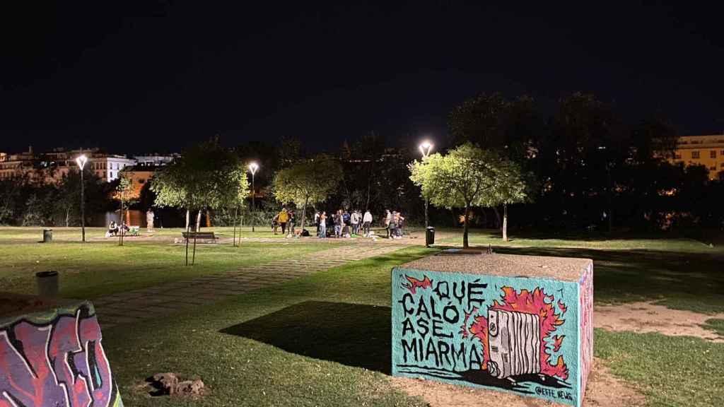 Un grupo de jóvenes en un parque de Sevilla.