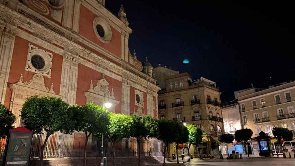 Una plaza totalmente desierta en Sevilla.
