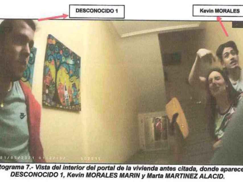 Portal del número 27 de la calle Miguel de Unamuno donde se refugiaron Marta y Kevin.