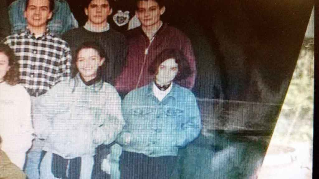 Ayuso de adolescente a la derecha, en una foto del colegio junto a otros compañeros.