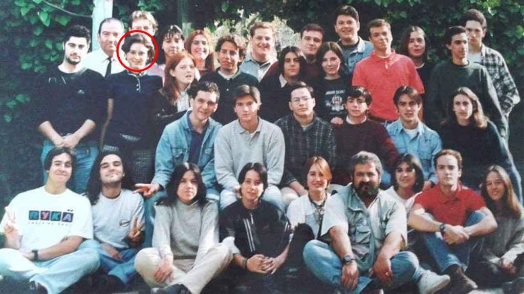 Ayuso, señalada con un círculo, junto a otros compañeros en sus años de secundaria en el Éfeso. Khalil, el empleado del kiosko, sentado en la primera fila con barba.