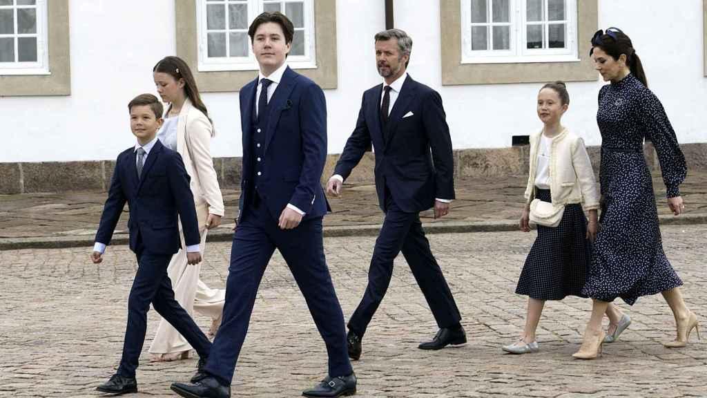 Los príncipes herederos Federico y Mary junto a sus hijos de camino a la capilla de palacio.