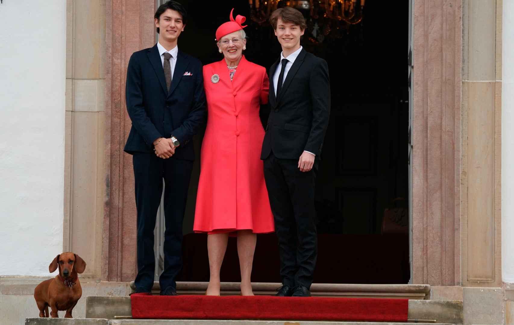 La reina Margarita junto a sus nietos, Nikolai y Felix, y su perrito teckel.