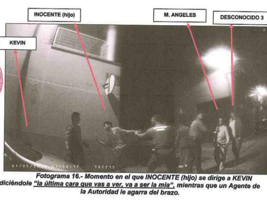 Un agente se limita a agarrar por el brazo a 'El Tente' mientras sigue amenazando a Kevin tras apuñalarle.