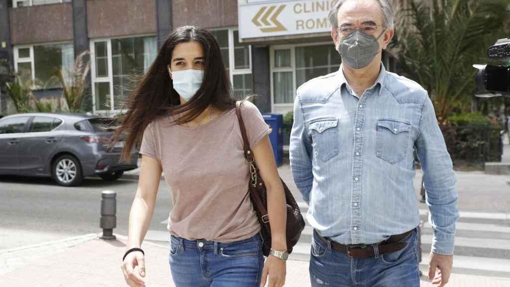 Bárbara Mirjan ha llegado al hospital acompañada por su padre.