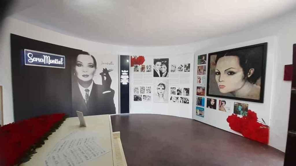 Cuadros, fotografías y objetos personales de la artista inundan el lugar.
