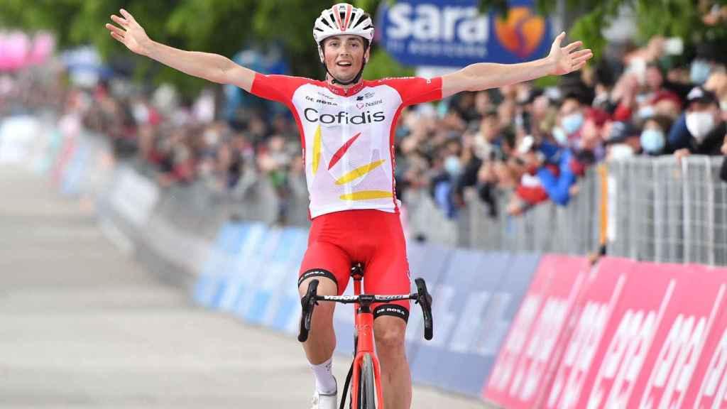 Victor Lafay celebra su victoria en la 8ª etapa del Giro de Italia 2021