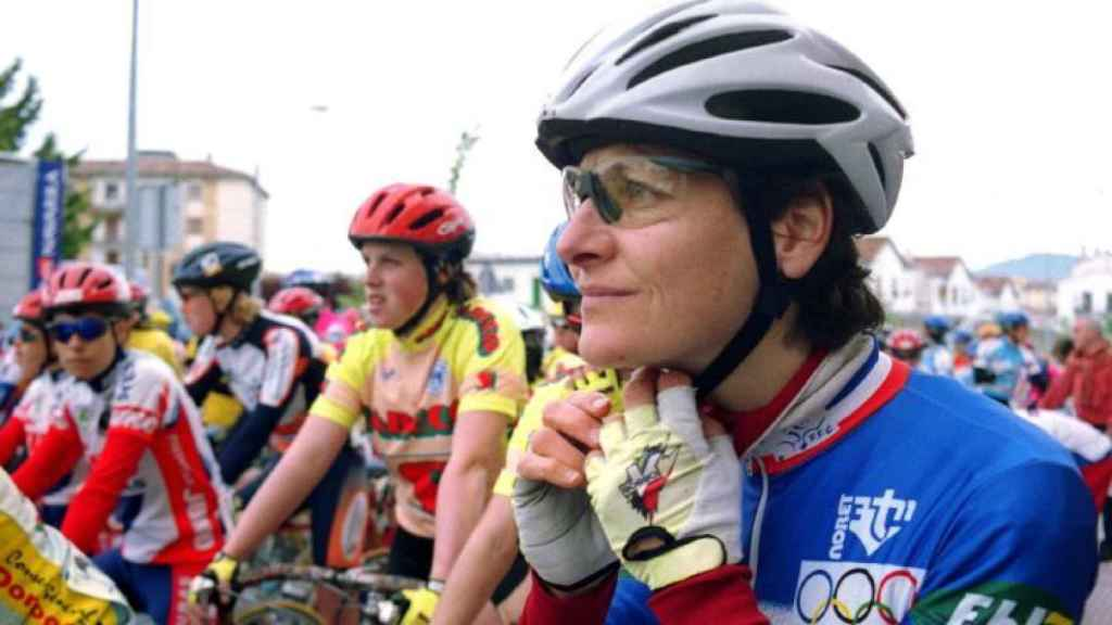 Ciclistas antes de una carrera femenina