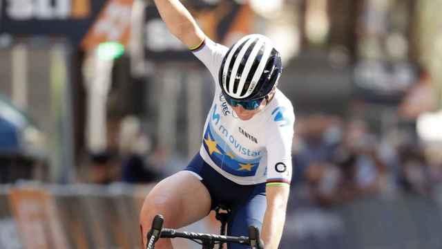 Van Vleuten celebra una victoria con el Movistar Team