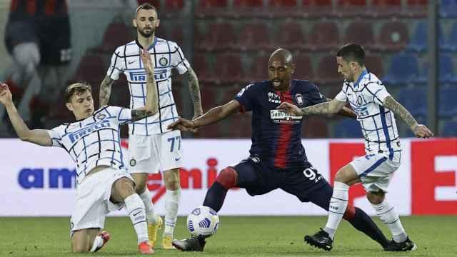 Los jugadores del Inter pelean un balón ante el Crotone