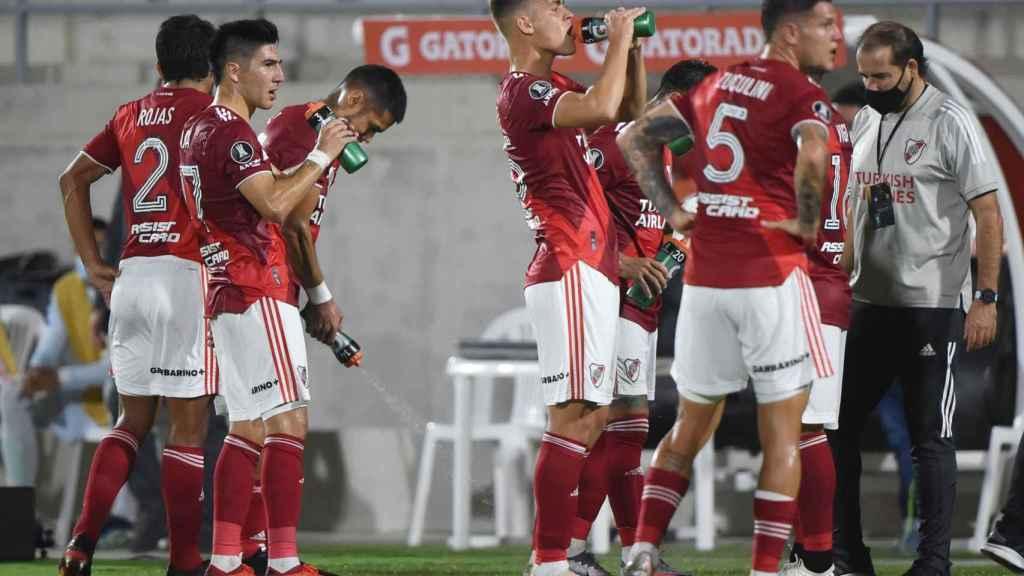 Los jugadores de River Plate bebiendo durante un partido