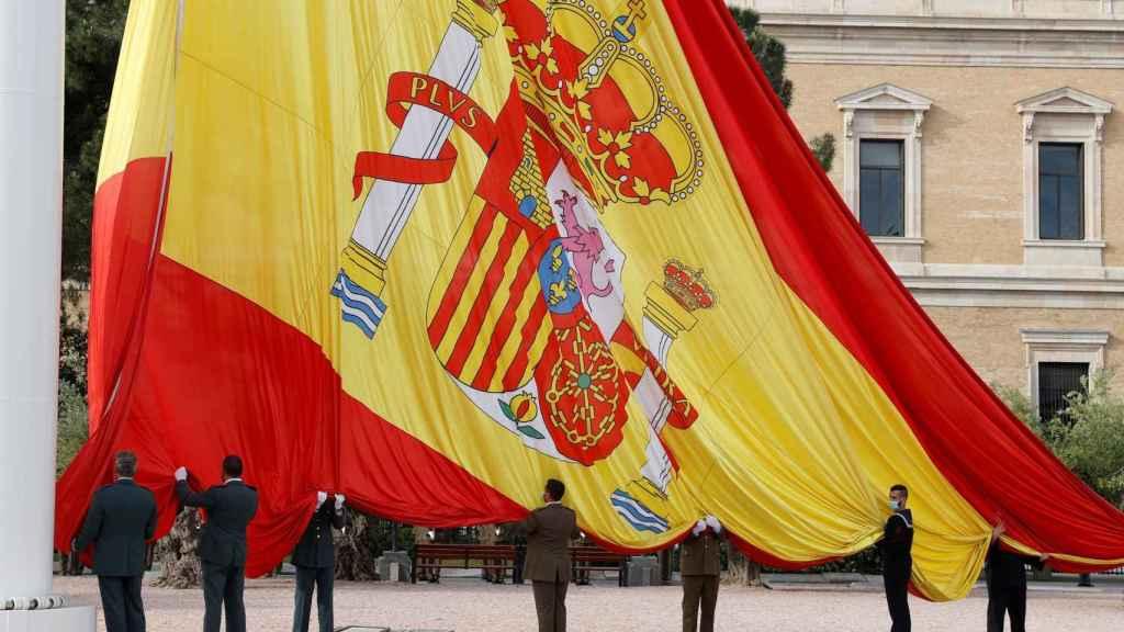 Izado de la bandera de España en la Plaza de Colón de Madrid por San Isidro.