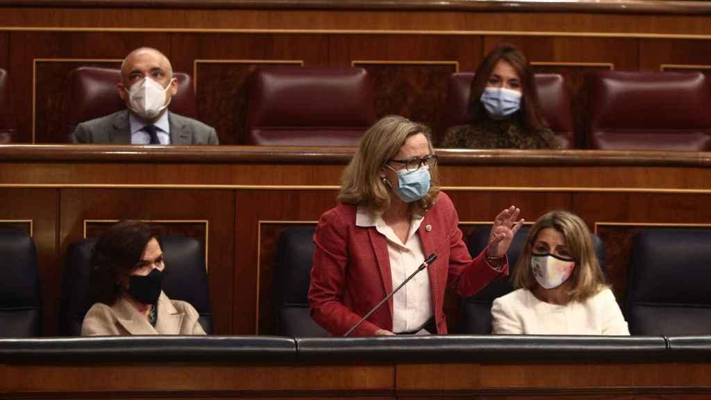 La vicepresidenta segunda, Nadia Calviño, ante la tercera, Yolanda Díaz, en el Congreso.