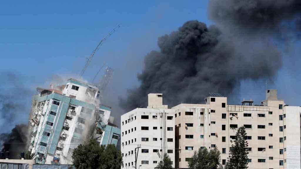Israel bombardea la sede de las agencias AP y Al Jazeera en Gaza.