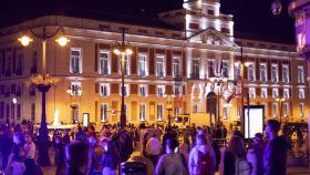 Un centenar de personas en la Puerta de Sol de Madrid, este viernes.