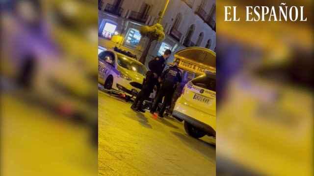 Una chica es detenida por la Policía Municipal de Madrid.