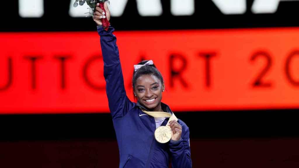 Simone Biles, con una de las medallas que consiguió en el Mundial de 2019