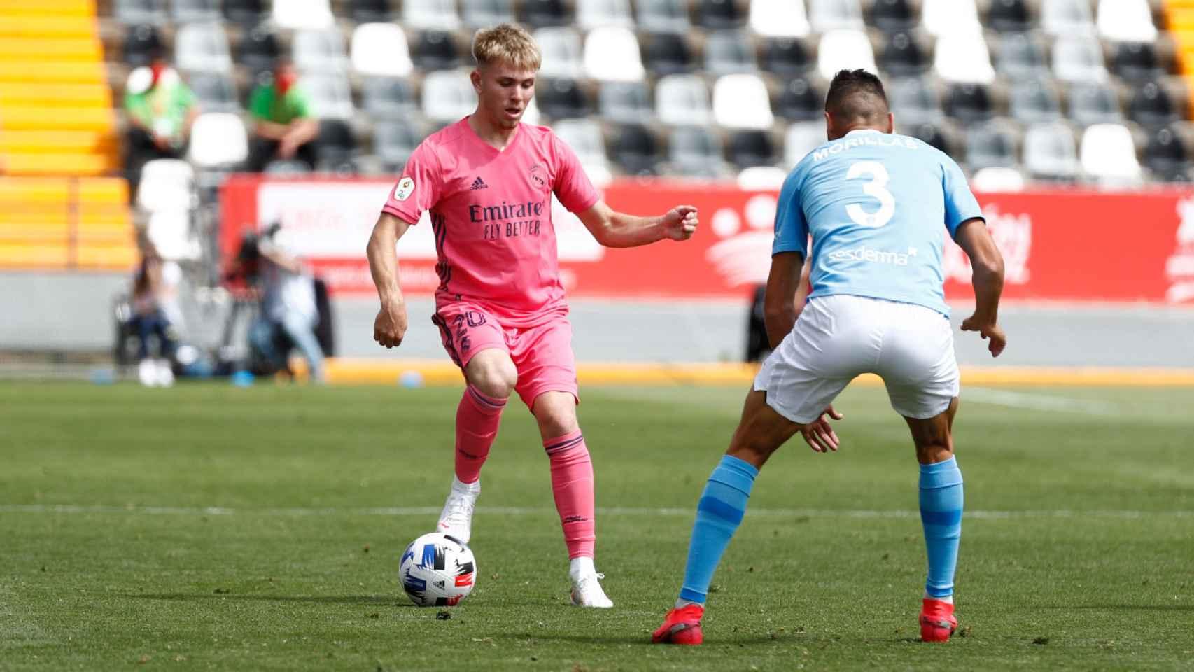 Sergio Santos, frente a un jugador de la UD Ibiza en la fase de ascenso a Segunda División
