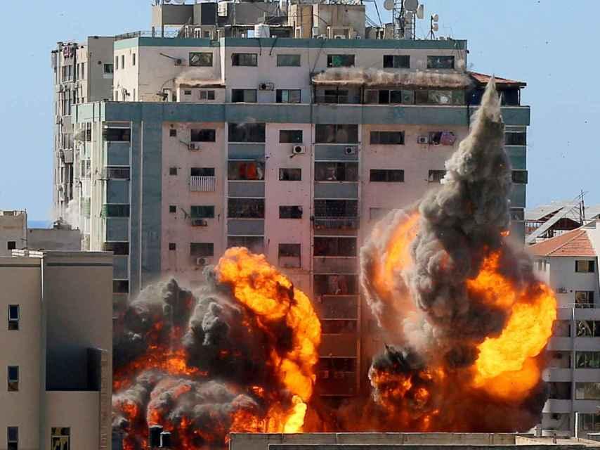 El edificio bombardeado en el que se encontraban medios como Al Jazeera y AP, durante la explosión.