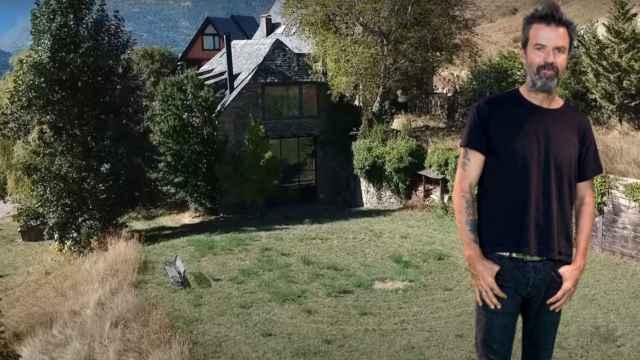 Pau Donés delante de la casa que su familia ha puesto a la venta en un montaje de JALEOS.